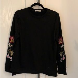 sweatshirt/sweater with embroidery on the sleeves